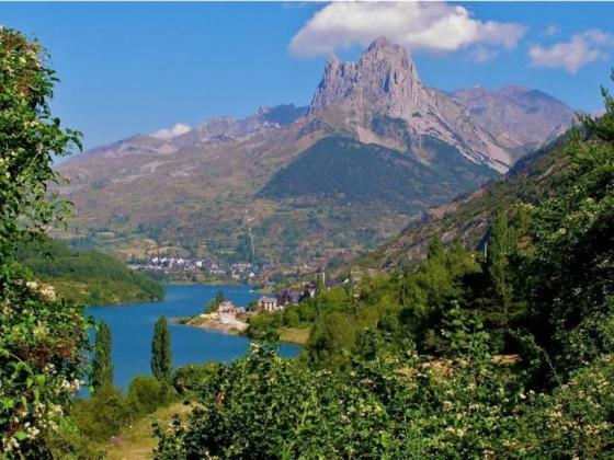 Ce domaine est à vendre au pied des Pyrénées.