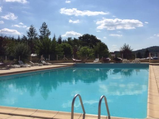En Dordogne. Ce camping a vendre est situé dans le village